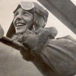 <b> Amelia Earhart  1897 – 1937: Aviatrice </b> <br /> En 1928, Amelia Earthart est la toute première femme pilote à avoir traversé l'océan atlantique en avion en solo. L'aviatrice américaine est aussi la première femme à recevoir la Distinguished Flying Cross en 1932 ainsi que la médaille d'or de la Société Nationale Géographique.<br /><br />Elle a disparu en 1937 lors d'un voyage autour du monde qui restera à jamais inachevé.